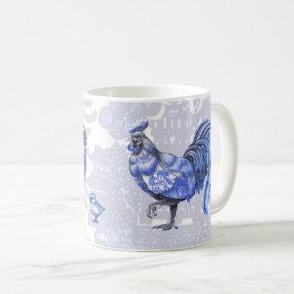 Caneca azul dos pintinhos do galo da galinha das