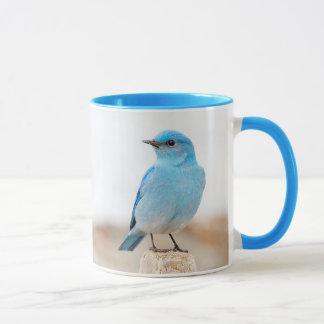 Caneca Bluebird bonito da montanha na praia