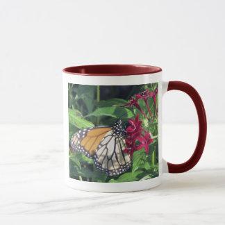 Caneca Borboleta de monarca, flores vermelhas