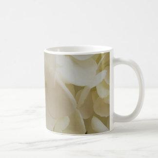 Caneca branca do Hydrangea das pétalas