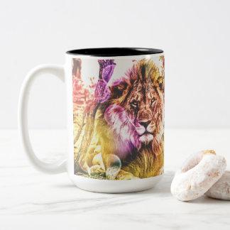 Caneca brilhantemente colorida do leão de dois