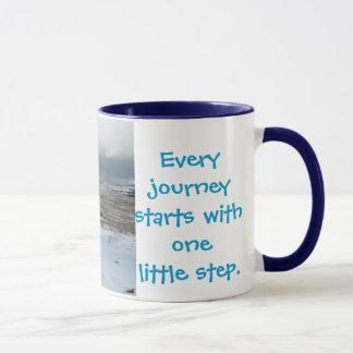 Caneca Cada viagem começa ..............