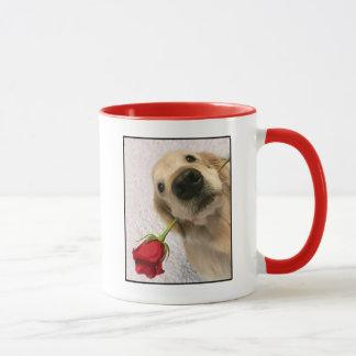 Caneca Cão do golden retriever com rosa vermelha