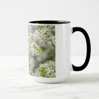 Caneca Cardeal do norte em flores do primavera