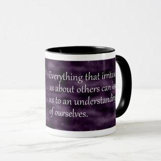Caneca Carl Jung que compreende-se citações
