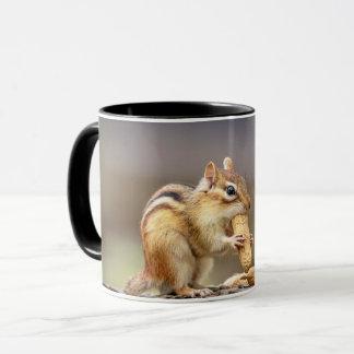 Caneca Chipmunk que come um amendoim