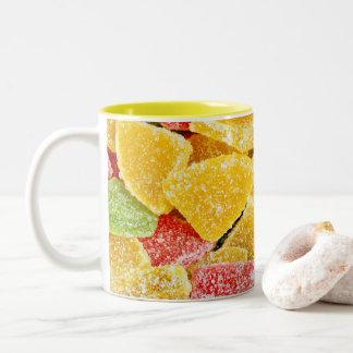 Caneca colorida do teste padrão dos doces doces