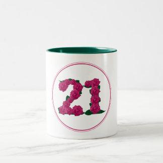 Caneca cor-de-rosa bonito do aniversário do