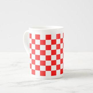 Caneca cor-de-rosa Checkered vermelha e branca
