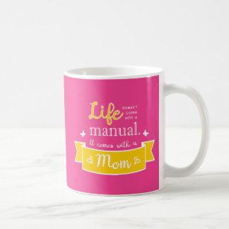 Caneca cor-de-rosa com umas citações para a mamã