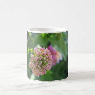 Caneca cor-de-rosa da flor