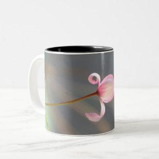 Caneca cor-de-rosa da flor em botão
