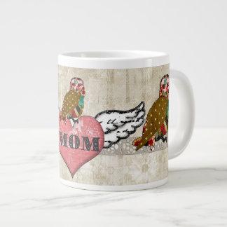 Caneca cor-de-rosa da mamã do coração da flor do l caneca de café muito grande