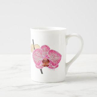 Caneca cor-de-rosa da orquídea