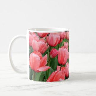 Caneca cor-de-rosa das tulipas do primavera