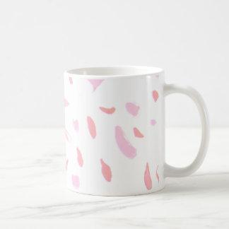 Caneca cor-de-rosa de flutuação das pétalas do
