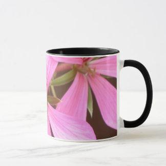 Caneca cor-de-rosa do gerânio