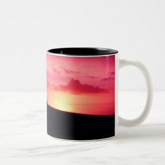 Caneca cor-de-rosa do por do sol