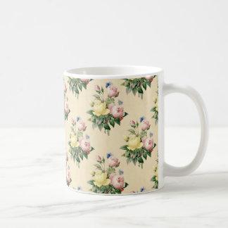 Caneca cor-de-rosa do teste padrão de flor do