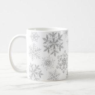 Caneca cristalina branca dos flocos de neve