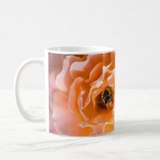 Caneca da abelha do mel e do rosa do rosa