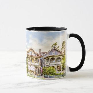 Caneca da fileira da casa do Victorian