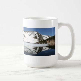 Caneca da reflexão da montanha