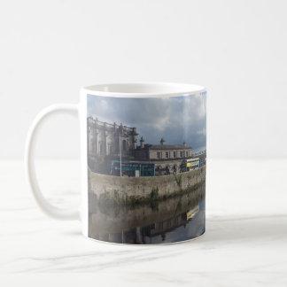 Caneca da reflexão do Riverbank de Dublin