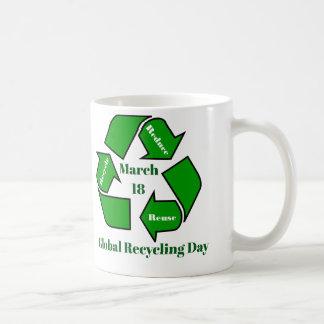 Caneca De Café 18 de março, design global do dia do reciclagem