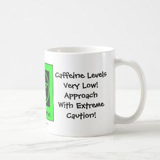 Caneca De Café A cafeína nivela baixo! Copo de café insolente da