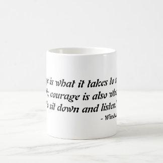 """Caneca De Café A """"coragem é o que toma para se levantar e falar…"""