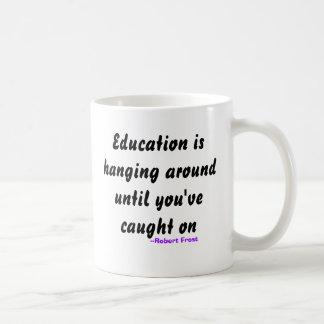 Caneca De Café A educação está pendurando ao redor até que você