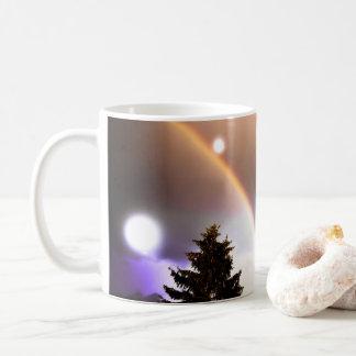 Caneca De Café A fantasia ilumina o céu do norte da floresta na