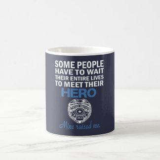 CANECA DE CAFÉ A FILHA DO AGENTE DA POLÍCIA