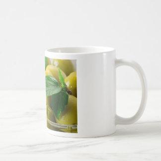 Caneca De Café A ideia macro das azeitonas com verde deixa o