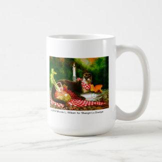 Caneca De Café A lontra de rio invade a propagação do piquenique