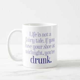 """Caneca De Café A """"vida não é um conto de fadas"""" engraçado"""