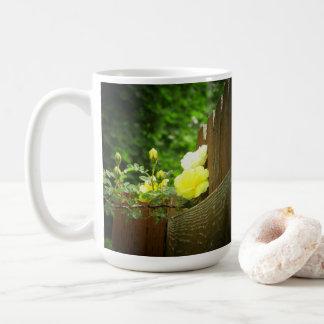 Caneca De Café Abelha do mel que Pollinating a conversão do rosa