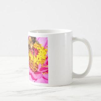 Caneca De Café abelha e inseto que estão em uma flor roxa