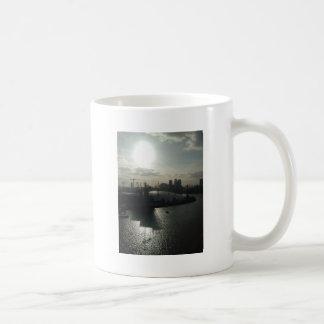 Caneca De Café abóbada perto da água