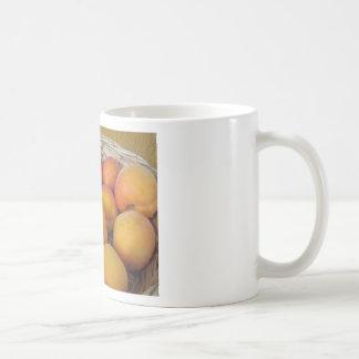 Caneca De Café Abricós frescos em uma cesta de vime