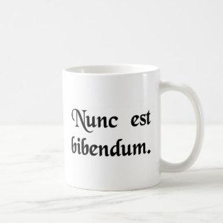 Caneca De Café Agora nós devemos beber