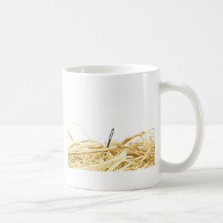 Caneca De Café agulha em um monte de feno