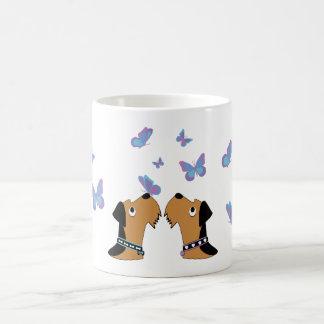 Caneca De Café Airedales e borboletas