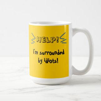 Caneca De Café Ajuda! Eu sou cercado por idiota!
