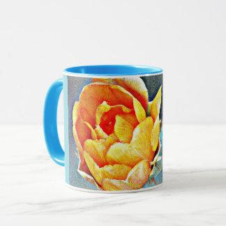Caneca de café alaranjada da campainha da flor da