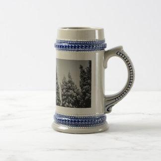 Caneca de café alta do inverno