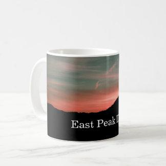 Caneca De Café Alvorecer sobre o pico do leste