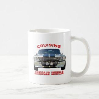 Caneca de café americana clássica dos carros do