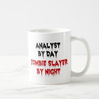 Caneca De Café Analista pelo assassino do zombi do dia em a noite